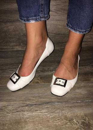 Белые туфли балетки на низком ходу