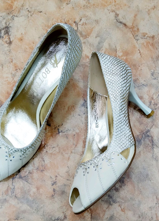 Кожаные бежевые туфли