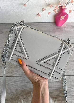 Шикарная, женская сумочка-клатч джонни с заклепками на цепочках