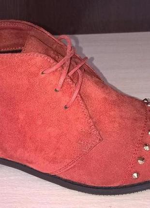 Модные яркие туфли с золотистыми шипами