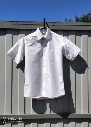 Белая рубашка с коротким рукавом.