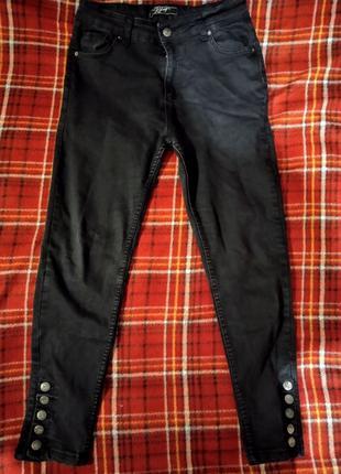 Чёрные джинсы низкой посадки с заклёпками