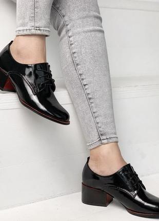 Стильные черные лаковые туфли