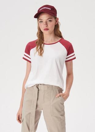 Новая широкая белая футболка sinsay красные рукава бордо регла...