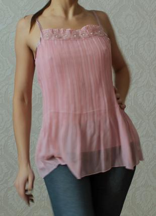 Гофрированная розовая блуза на бретельках.