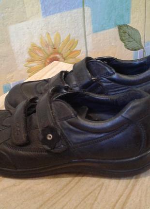 Закрытые осенние черные туфли-кроссовки от ECCO