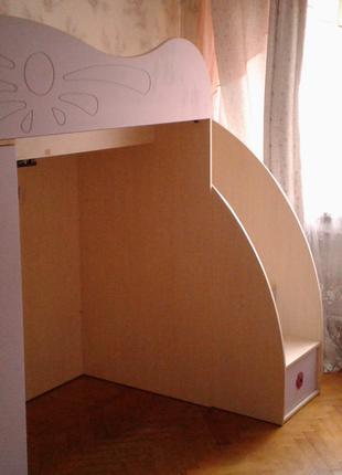 Кровать-чердак, письменный стол, тумбочка.