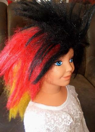 Парик маскарадный трехцветный: черный-красный-желтый