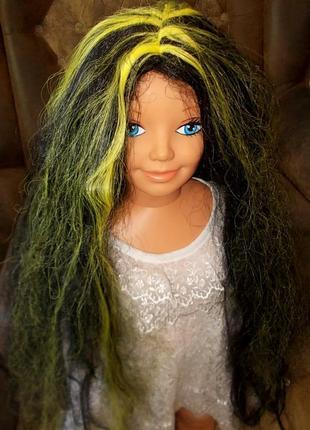 Парик маскарадный: длинные черные волосы с цветными прядями