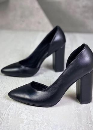 Элегантные туфли лодочки с острым носком на устойчивом каблуке