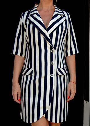 Платье-пиджак в широкую полоску на пуговицах.