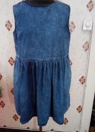 Свободное джинсовое платье с присборенной юбкой