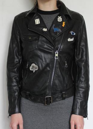 H&m кожаная куртка косуха с патчами с ремнем bershka