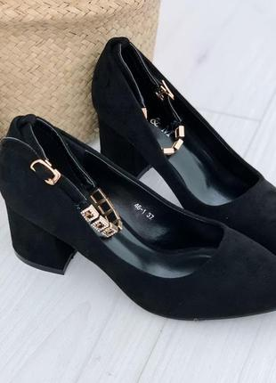 Чёрные туфли на низком толстом каблуке