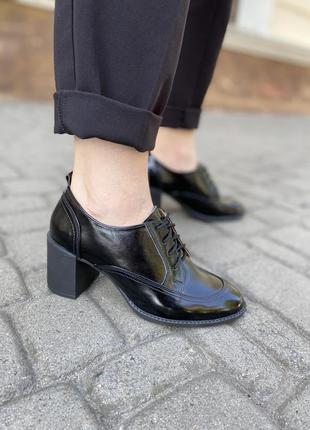 Женские кожаные лаковые туфли на шнурках широкий каблук стильн...