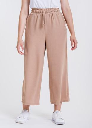 Женские брюки-кюлоты из жатого крепа бежевые