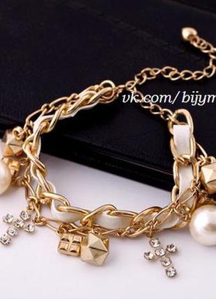 Золотой браслет с белой кожей жемчугом и крестиками