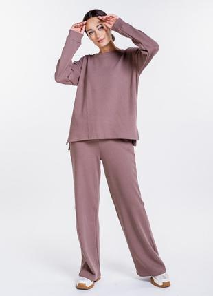 Женский трикотажный костюм в рубчик с джемпером и брюками
