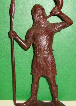 Солдатик, воин, викинг с горном и копьем