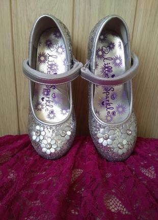 Серебристые блестящие туфельки на каблучке с цветочками и крис...
