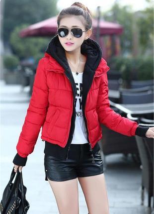 Короткая куртка с контрастным вязанным капюшоном