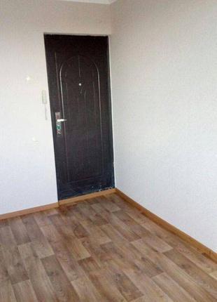 Продается комната в коммуне с хорошим ремонтом.