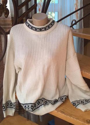 Мягкий, теплый свитер белого цвета