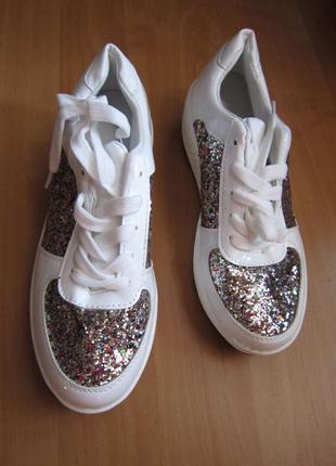 Новые белые лаковые кроссовки с блестками на платформе