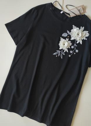 Черная футболка с аппликацией tu