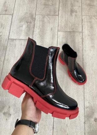 Черные лаковые ботинки на красной подошве челси