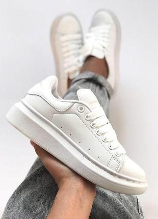Женские белые кроссовки alexander mcqueen