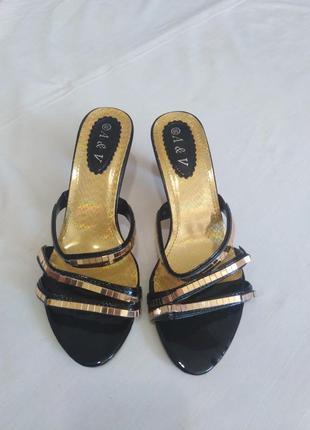 Открытые босоножки на каблуке