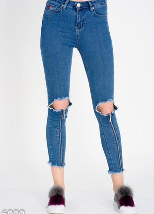 Короткие узкие джинсы с крупными дырками на коленях