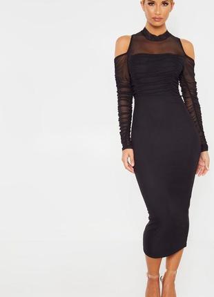 Черное платье миди с длинными рукавами и вырезом на плечах