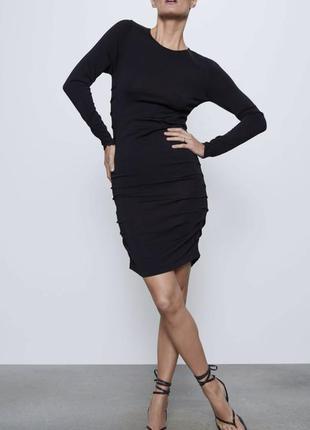 Чёрное трикотажное платье с драпировкой с длинными рукавами
