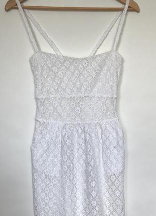 Красивое белое платье на бретельках