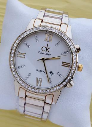 Женские наручные часы золотого цвета с белым циферблатом