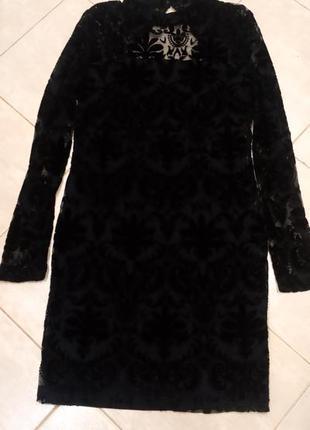 Чёрное короткое вечернее платье с выбитым велюром, с открытой ...