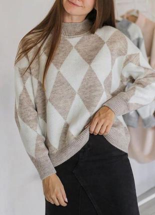 Уютный бежевый свитер оверсайз в ромбы. свитер свободного фасо...