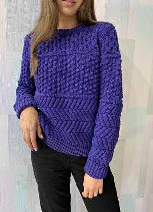 Фиолетовый свитер крупной вязки