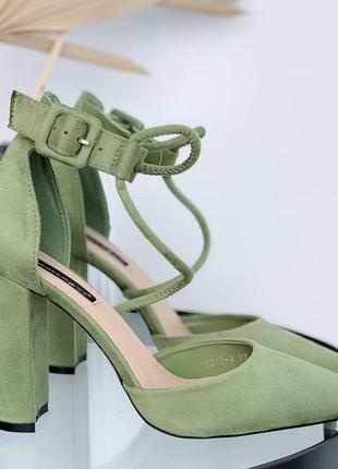Зелёные туфли лодочки на устойчивом каблуке