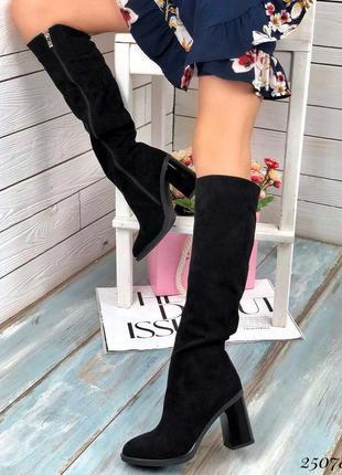 Демисезонные чёрные замшевые сапоги на каблуке