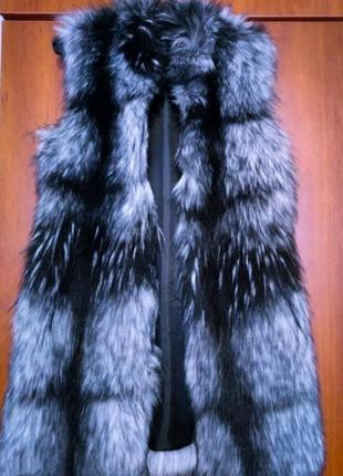 Женский меховой жилет.