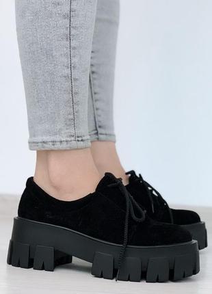 Черные замшевые туфли на низком ходу