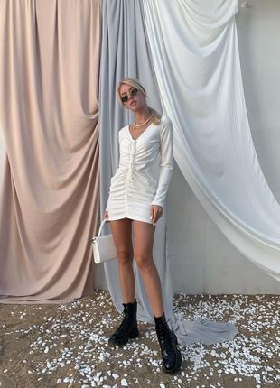 Белое короткое платье в рубчик