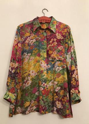 Яркая блузка в цветочный принт