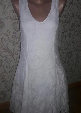 Белое платье с кружевом и замочком