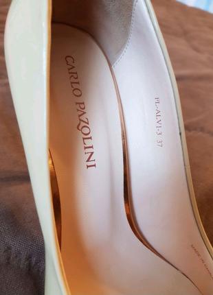 Лакові бежеві туфлі