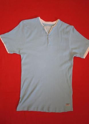 Голубая футболка с белой отделкой