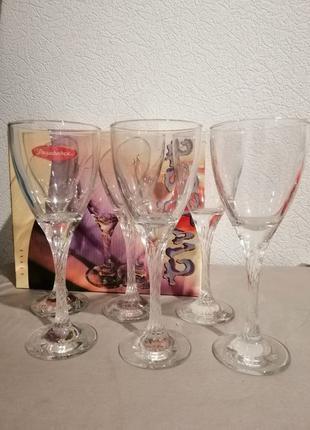 Бокалы для вина.